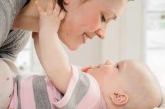 Mère avec son bébé Photo stock