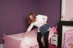 Mère dans la chambre à coucher de l'enfant Photos libres de droits