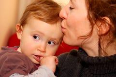 Mère dans ses années '30 retenant sa petite fille Image stock