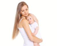 Mère de bonheur ! La belle jeune maman affectueuse étreint son bébé Photos stock