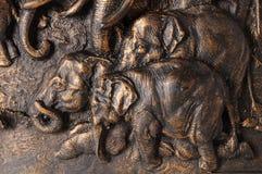 mère de famille d'éléphant de noix de coco de veau de chéri près de cheminée de paume Image stock