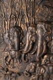 mère de famille d'éléphant de noix de coco de veau de chéri près de cheminée de paume Image libre de droits