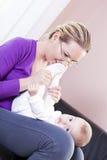 Mère et bébé dans la salle de séjour à jouer. Image stock