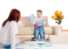 Mère et chéri jouant à la maison Image stock