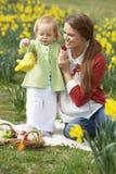 Mère et descendant avec les oeufs de pâques décorés Photographie stock libre de droits