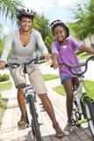 Mère et descendant d'Afro-américain, faisant un cycle Photo stock