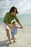 Mère et descendant à la plage Photos libres de droits