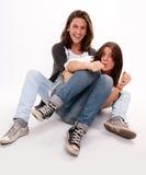Mère et fille adolescente dupant autour Images libres de droits