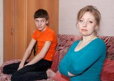 Mère et fils après querelle à la maison Photos stock