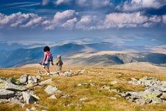 Mère et fils dans les montagnes Images libres de droits