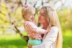 Mère et son stationnement d'enfant au printemps Photos libres de droits