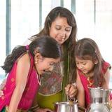 Mère faisant cuire dans la cuisine Image libre de droits