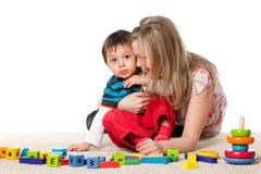 Mère gaie et son petit fils Photographie stock libre de droits