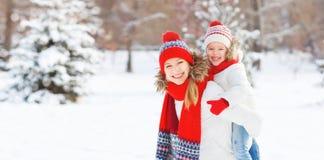 Mère heureuse de famille et fille d'enfant ayant l'amusement, jouant aux WI Image libre de droits