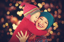 Mère heureuse de famille et petite fille jouant pendant l'hiver pour Noël Images libres de droits