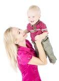 Mère heureuse jouant avec l'enfant augmentant vers le haut Image libre de droits