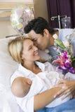 Mère neuve avec la chéri et le mari dans l'hôpital Photos libres de droits