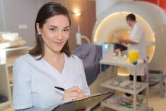 Mri ανίχνευσης περιοχών αποκομμάτων εκμετάλλευσης νοσοκόμων χαμόγελου Στοκ Εικόνα