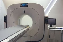 MRI-Maschine ist bereit, in einem Krankenhaus zu erforschen lizenzfreie stockfotos