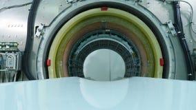 MRI-scanner die worden geïnstalleerd Een lege MRI, CT, HUISDIERENscanner Close-up van MRI-scannertunnel die wordt geschoten De bo stock footage