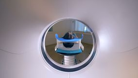 MRI-Scanner, Tomograph mit dem Patienten, der medizinische Prüfung erhält stock video