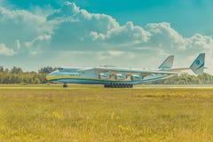 AN225 Mriya reist von der Rollbahn auf Hostomel-Flughafen ab Lizenzfreies Stockfoto