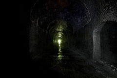 mörk disused järnväg tunnel Arkivfoton