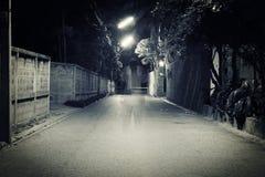 Mörk gata med gamal manspöken Royaltyfri Foto