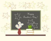 Mörk grå svart tavla med lycklig läraredag för vit bokstäver, röd vas med vita blommor, gröna Apple på böcker Royaltyfria Bilder
