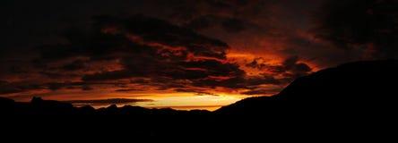 mörk toppig bergskedjasolnedgång Royaltyfri Fotografi