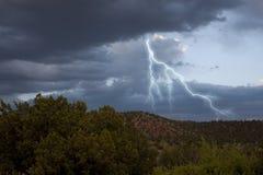 Mörka stormmoln med blixt Arkivbilder