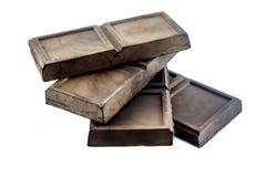 Mörka unsweetened sunda mellanmål för chokladstång som isoleras på vit bakgrund Arkivfoton