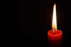 mörkrött stearinljus Arkivbilder