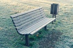 Mroźna marznąca ławka w parku obrazy royalty free