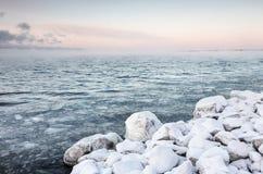 Mroźny zima dzień obok jeziora Fotografia Royalty Free