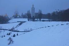 Mroźny zima ranek w parku Muzeum Narodowego ` pomnik Holodomor ofiar ` i wierzchołek Wielki Lavra Dzwonkowy wierza jest disappear fotografia stock