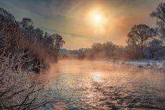 Mroźny mglisty ranek na rive Zdjęcie Stock