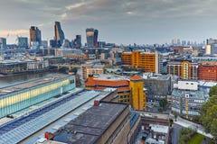 Mroczna linia horyzontu miasto Londyn i Thames rzeka, Wielki Brytania Obrazy Royalty Free