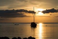 Mroczna scena łódź z chmurnym niebem Obrazy Royalty Free