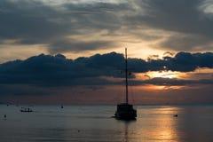 Mroczna scena łódź z chmurnym niebem Fotografia Royalty Free