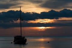 Mroczna scena łódź z chmurnym niebem Zdjęcia Stock