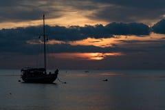 Mroczna scena łódź z chmurnym niebem Obraz Stock
