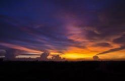 Mroczne zmierzchu koloru i nieba chmury Obraz Royalty Free