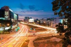 Mroczny miasto widok przy Rochor kanału drogą Obrazy Stock