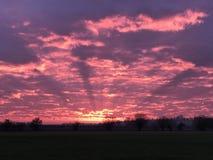 Mroczny promienia nieba ogień chmurnieje czerwonego purpurowego pomarańcze krajobraz Fotografia Royalty Free