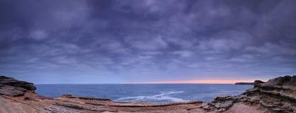 Mroczny seascape z skałami Obrazy Royalty Free