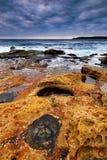 Mroczny seascape z skałami Fotografia Royalty Free