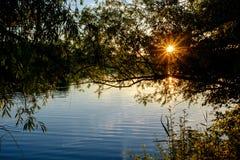 Mroczny widok na jeziorze w zmierzchu Zdjęcia Royalty Free