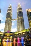 Mroczny widok Petronas Suria i bliźniaczych wież centrum handlowe w Malezyjskim kapitale, Kuala Lumpur Fotografia Stock