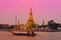 Wat Arun przez Chao Phraya rzekę podczas zmierzchu Fotografia Royalty Free